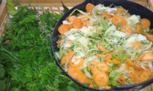 Die frischen Kräuter und das frisch gehobelte Gemüse